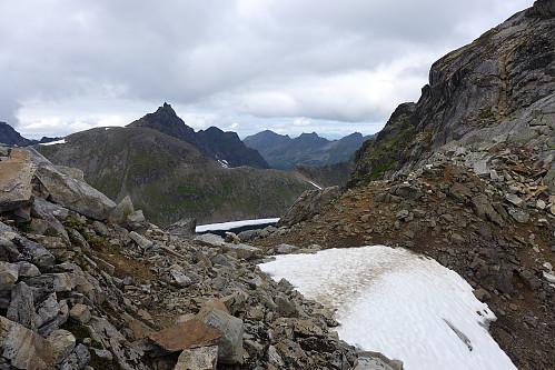 Begge stiene ender opp her på bandet mellom Øvre Møysalvatnet og breen