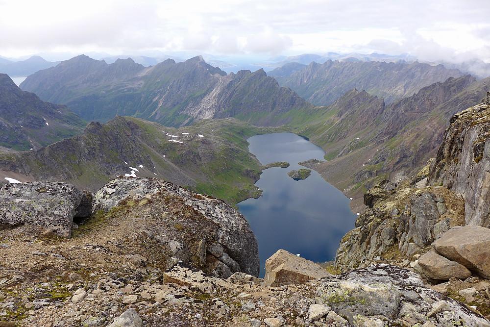 Flott utsikt nordover mot det karakteristiske Fjerde Fiskfjordvatnet 440 moh på returen