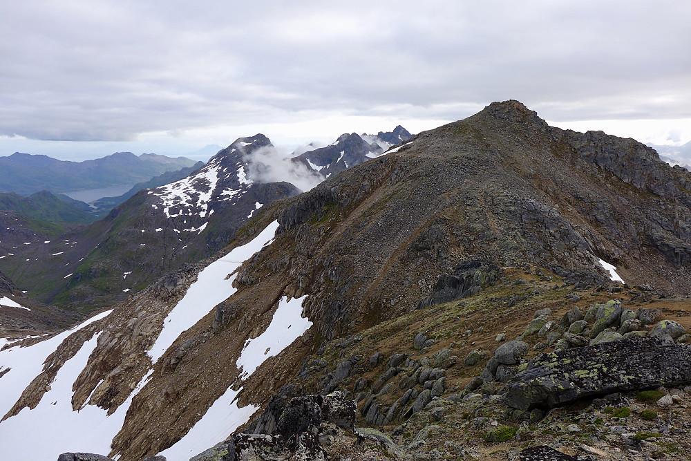 Tilbakeblikk langs ryggen mot toppen av Møysalen. Fiskefjorden i bakgrunnen mot venstre.