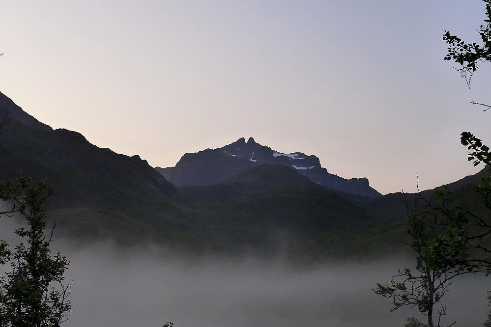 Kveldsbilde mot Møysalen fra ytterst i Forkledalen. Kveldståke har begynt å legge seg og Møyene i bakgrunnen nyter dagens siste solstråler!