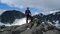 Toppvarden på Grotbreahesten. Trollstein-Rundhøe og Svartholshøe i bakgrunnen