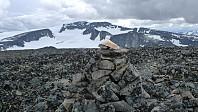 Varden på Søre Trollsteinhøe. Utsikt sørover mot Trollsteineggje og Glittertind