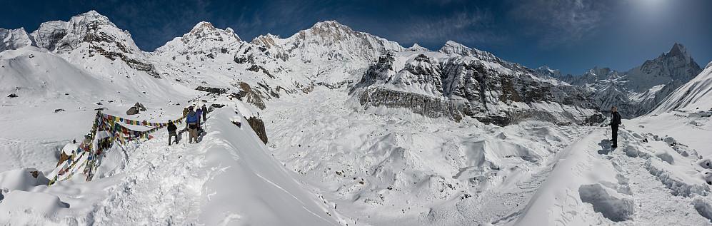 Panorama fra ABC Viewpoint, fra venstre: Hiunchuli (6441m), Moditse (7126m), Fang (7647m), Annapurna I (8091m), Singu Chuli (6501m), Tent Peak (5660m), Annapurna III (7555m), Gandharwa Chuli (6248m) og Machapucharé (6993m)