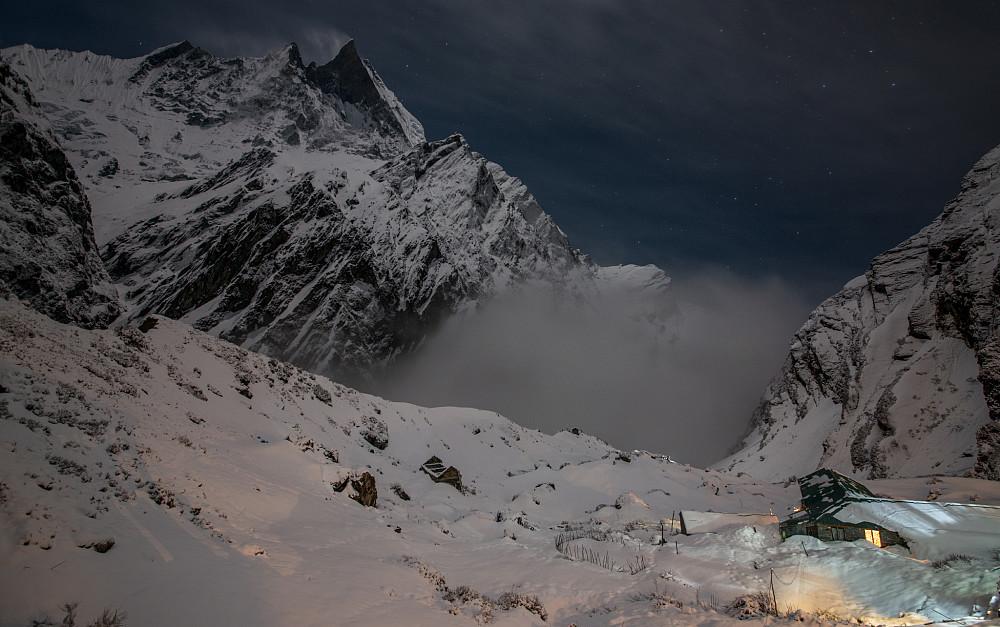 Stille etter stormen på MBC, fjelltoppen øverst er Machapucharé
