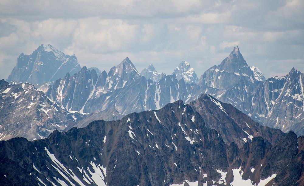 Fjellet til venstre i bildet er kjent som Godzilla Peak på 2441m