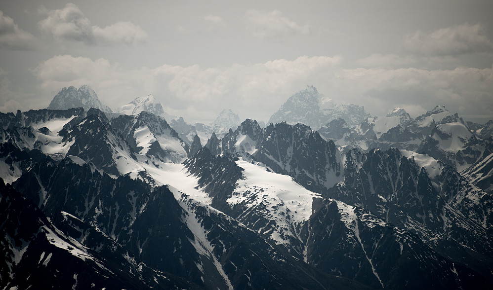 Mt Neacola (2873), høyest i Neacola ca midt i bildet. Peak 2715 til ventre
