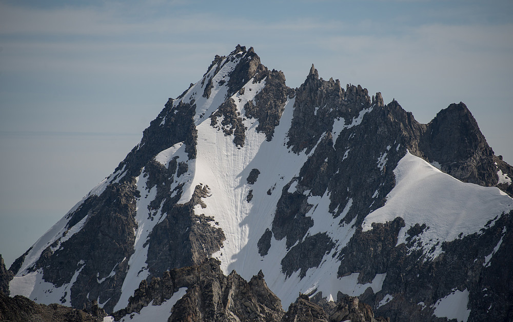 Profil av Nesset Peak, toppen jeg ikke klarte å bestige, snudde ved den siste høye pinakkelen til høyre for toppen.