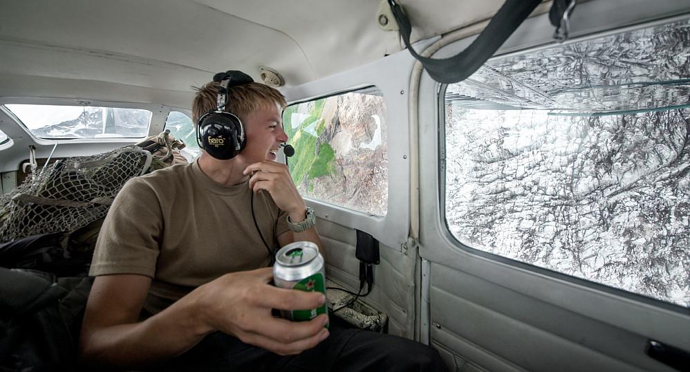Piloten vår tok med en 12-pack Heineken til oss og tok oss på en rundttur over breene rundt vulkanen Spurr