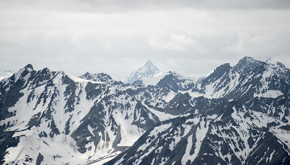 I det fjærne så jeg dette flotte fjellet dypt inn i Neacola. Fikk senere identifisert fjellet som Peak 2458