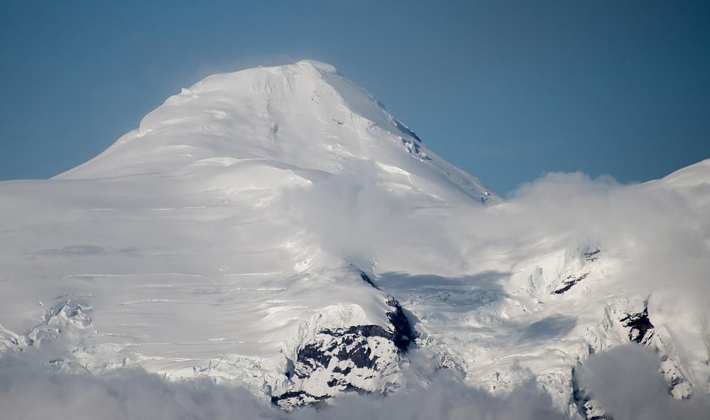 Først trodde jeg det nok var snøfokk, men det var damp som stiger fra Mount Spurr