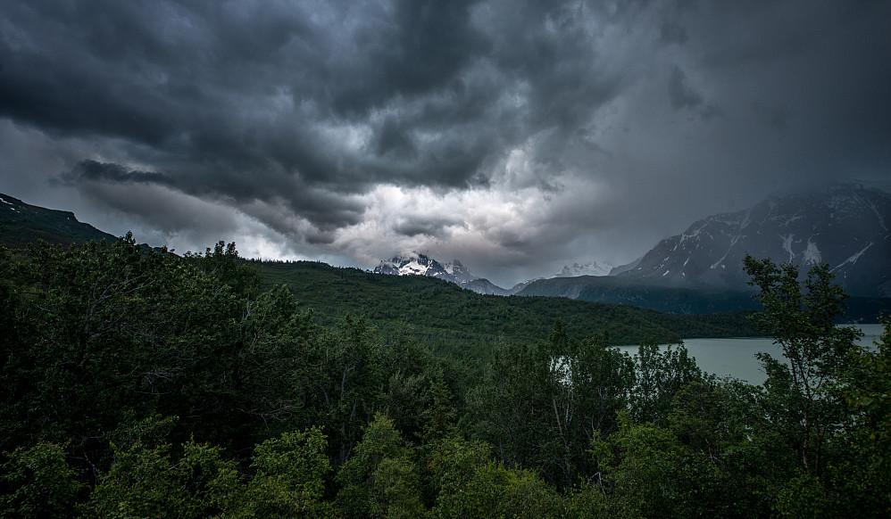Tordenskyer over Neacola, sett fra Camp Valhalla