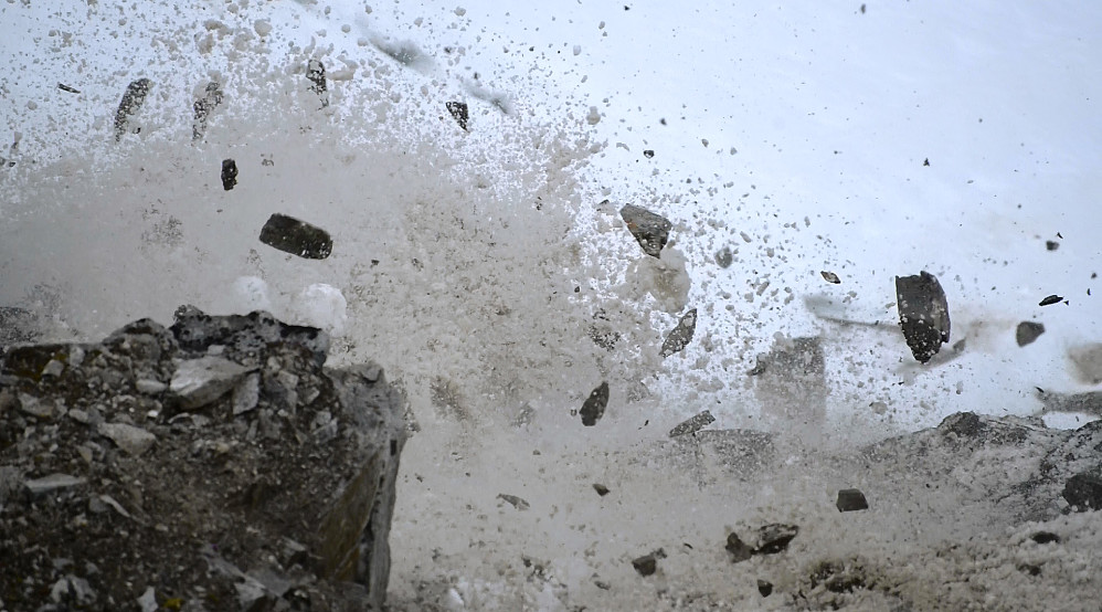 Alt av stein jeg raste ut på turen opp vestryggen på Nesset startet stein- og slushskred ned nordsiden