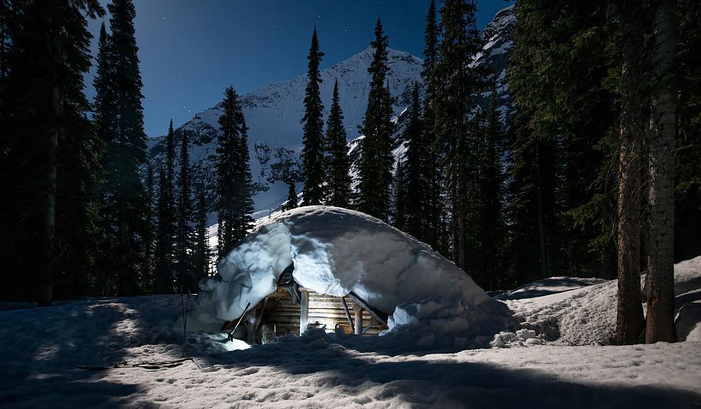 Glacier Circle Cabin under tung vårsnø
