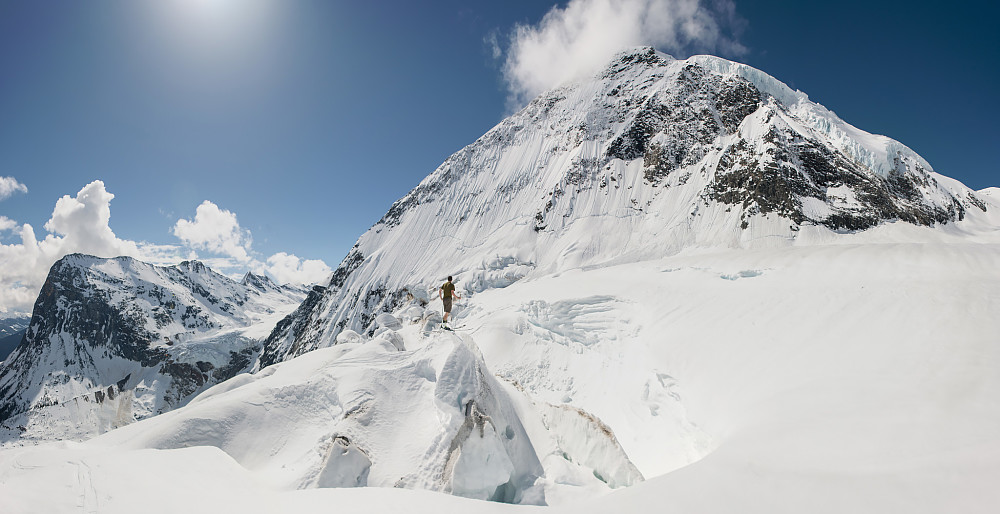 Crevasser på Fox Glacier med nordsiden av Mt. Selwyn ragende bak