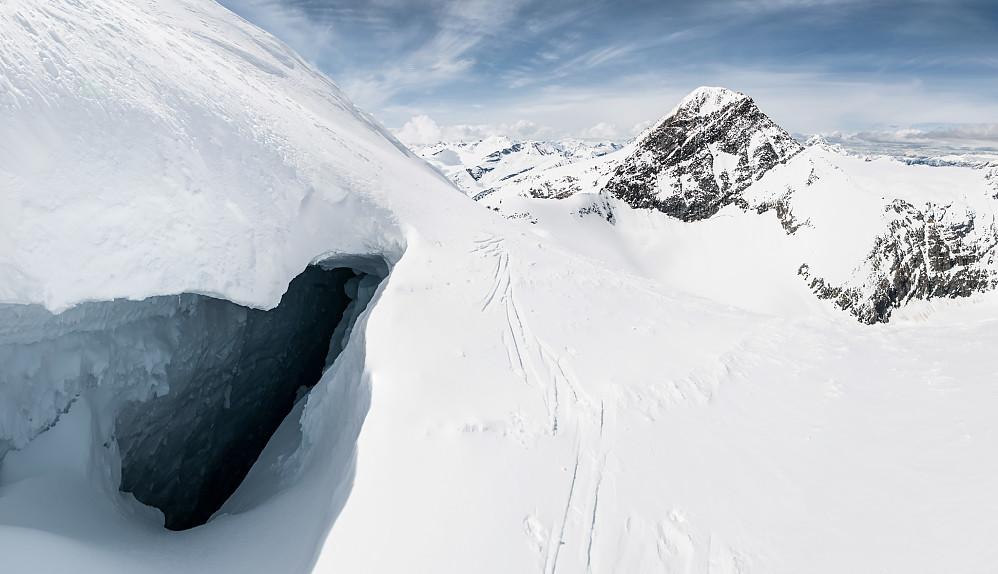 En av mange store sprekker på den svært aktive isbreen opp mot Mount Selwyn