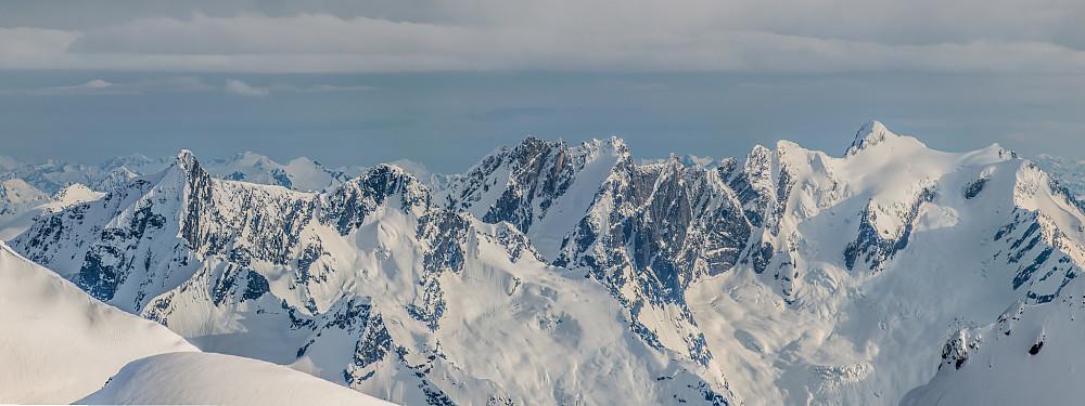 Battle Range i sør. Høyest rager Mount Proteus på 3198m