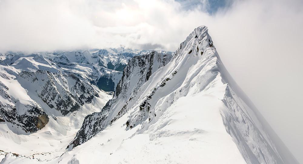 Helt øst på toppen av Dawson/Hasler. Topp-punktet ligger ca 200m lengre vest