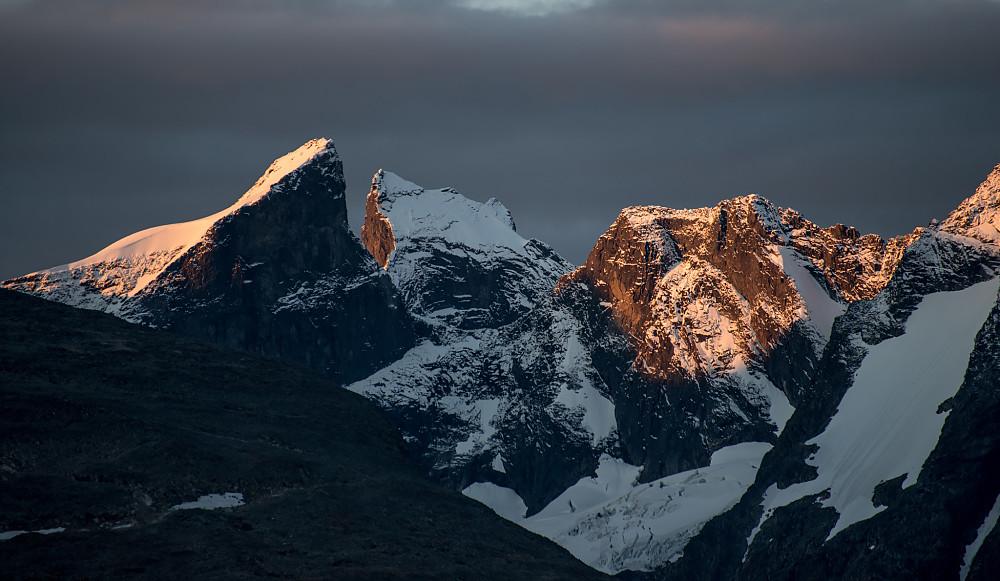 Austanbotntinden, Ringstinden og østlige Soleibotntinder sett fra Sognefjellet