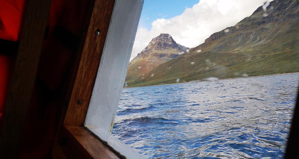 Øystre Torfinnstinden ser massiv ut fra øst. Her fra den over 100år gamle båten Bitihorn