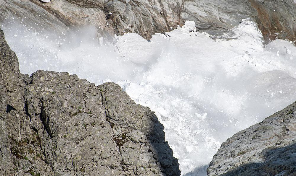Etterfulgt av et stort ras som buldret godt nede i sidene, tunge snømasser i bevegelse her