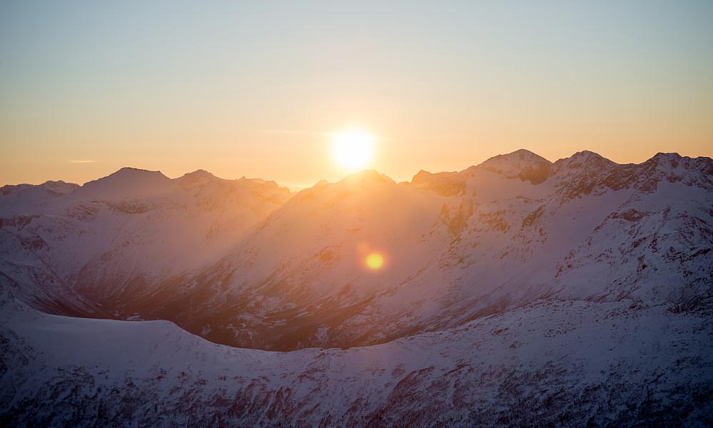 Sola går ned over fjellene ved Øksendalen.