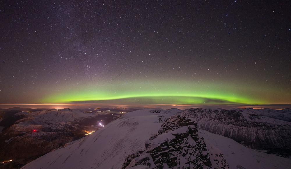 Nordlyset dukket opp i nordvest. Lysene som gjenspeiler seg imot skyene er fra Kristiansund (sterkest til venstre) og oppover til Kyrksæterøra