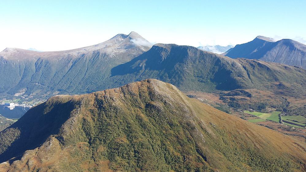 Mærmest Varden, bak fjellene på Ørskogfjellet