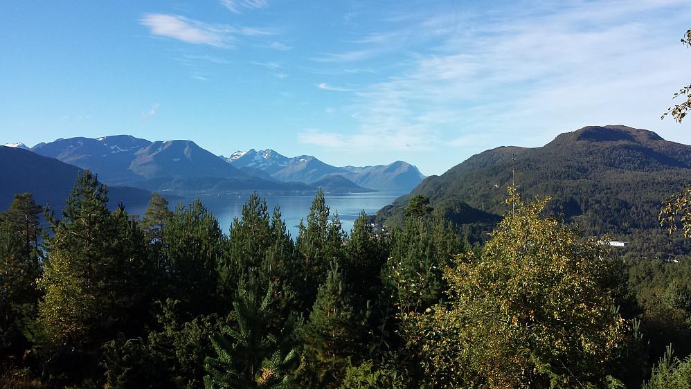Det beste med Ospahaugen var utsikten sørvestover fra toppen - her mot Molladalstindene og Meraftafjellet