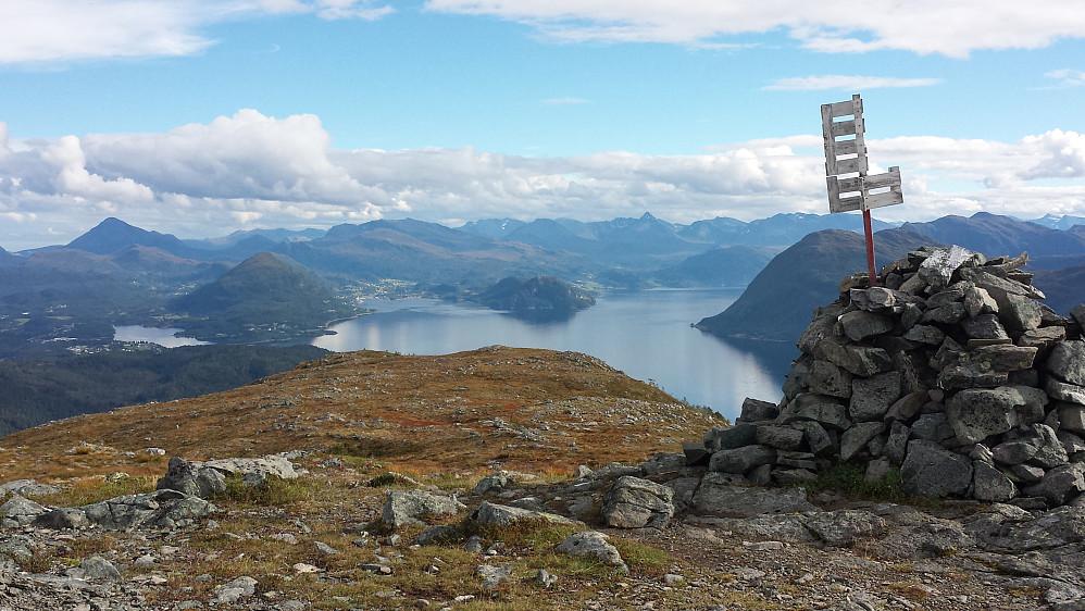 Utsikt østover - Sjøholt midt i bildet