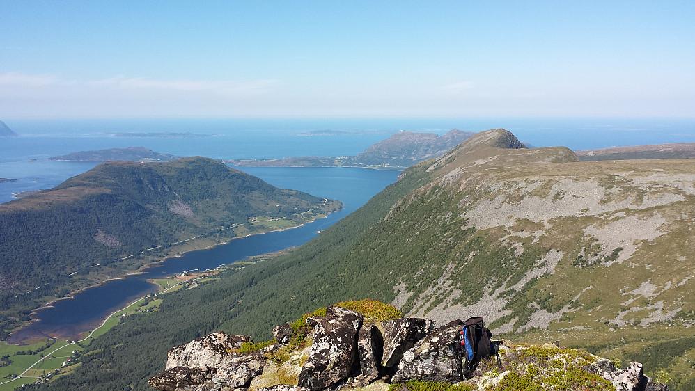 Oppe på Tindfjellpinakkelen - utsikt mot Vestrefjorden