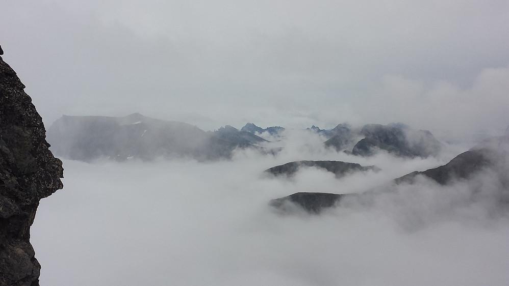 Kjente fjell i vest dukker opp i tåkehavet