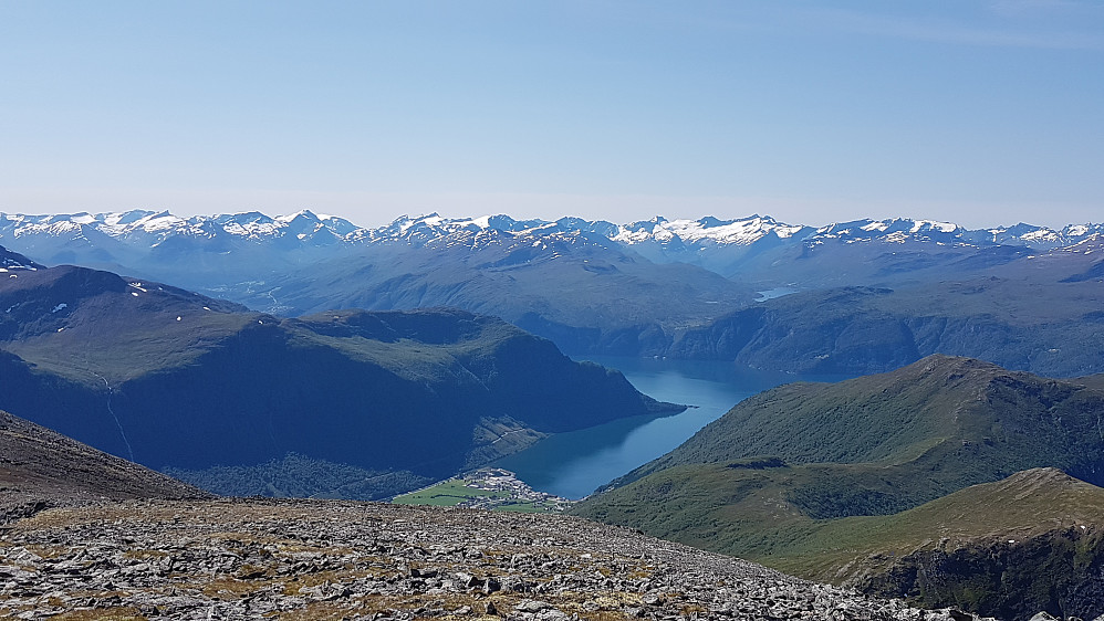 Utsikt sørvestover mot Stordal og mange Sunnmørsfjell