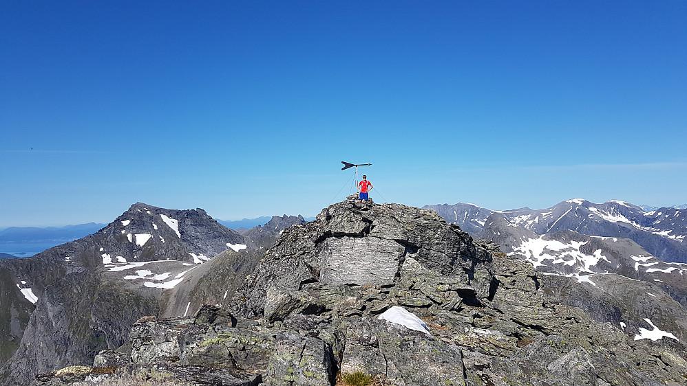 På toppen av Storbotnshornet. Lite besøkt (en før i år og bare en i 2016 hadde notert seg i toppboka)