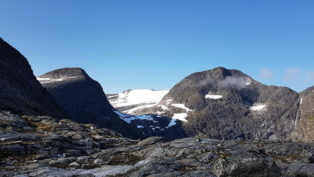 På høyeste punkt på stien mellom Slettvikane og Berill. Mot Storfjellet (med snø) og Vestre Småholtinden