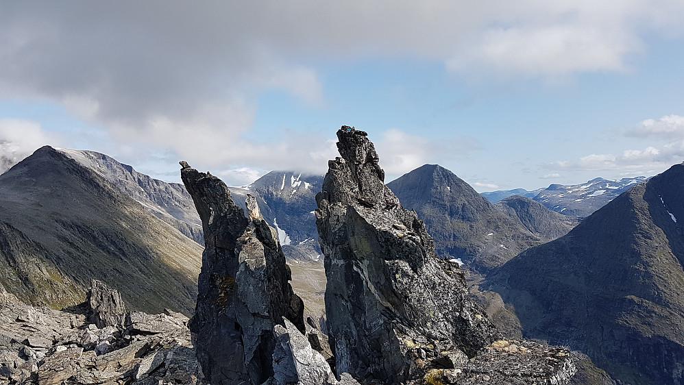 Høyeste punkt på Høgfjellet er pinakkelen til høyre (grei å komme til fra høyre til det er igjen en to-tre meter)