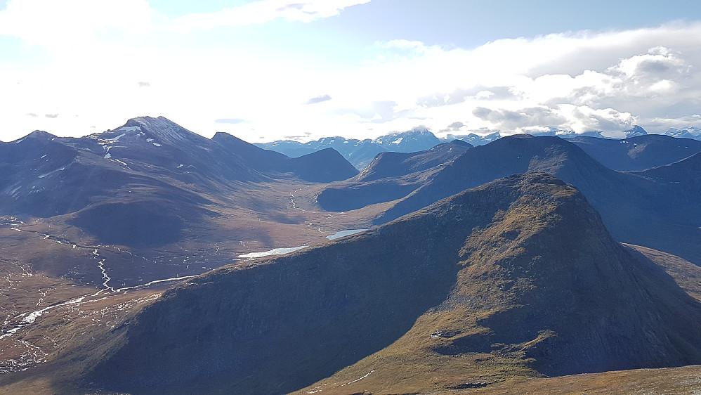 Sørover fra Snarketind - Klauva til venstre, Skrokkenfjellet til høyre
