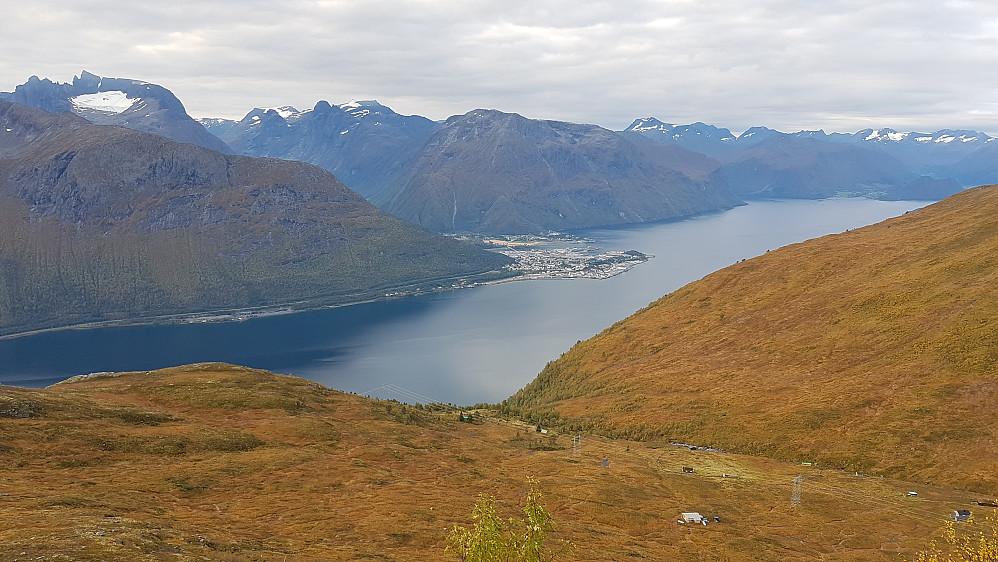 Fortsatt litt skyer på himmelen på veg opp til Snortungen fra Breiviksetra. Mot bl a Trolltindene og Åndalsnes