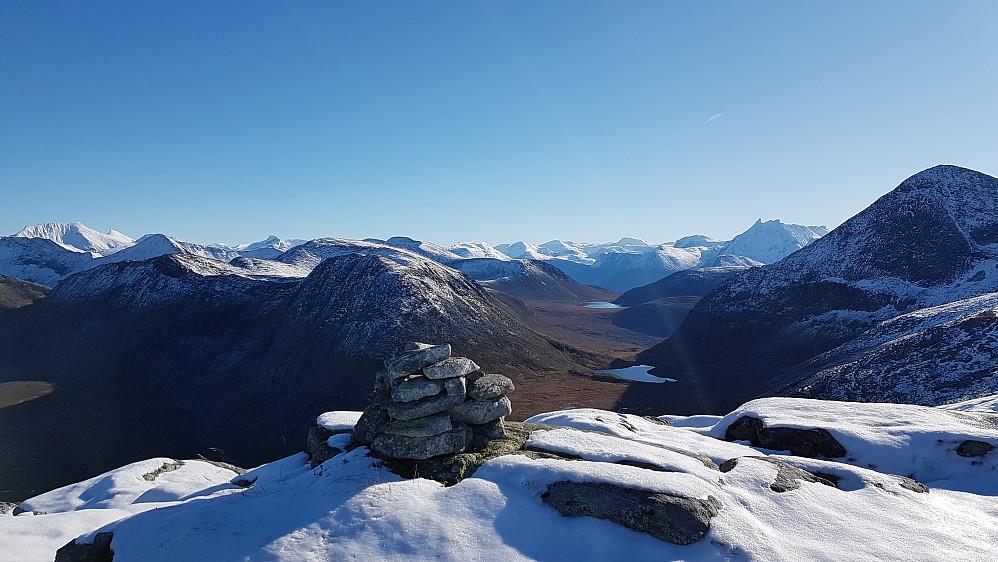 Oppe på dagens store utsiktsoverraskelse - Holmsølsnosa. Klauva til venstre, Gravfjellet nærmest, Vengetindene og Smørbottinden til venstre