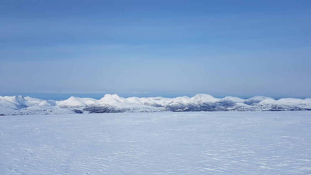 Snøtind og Harstadfjellet dominerer midt i bildet