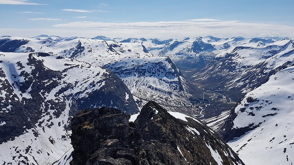 På dagens siste topp, Ringshornet. Ned mot Meiadalskoppegga og Valldalen