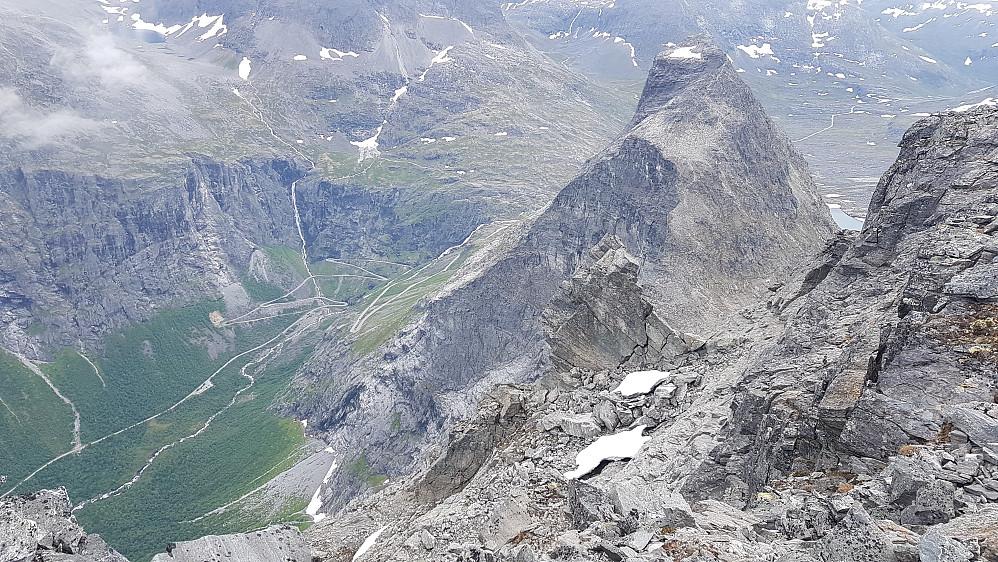 Ned mot Trollstigen, Askeladden og Bispen