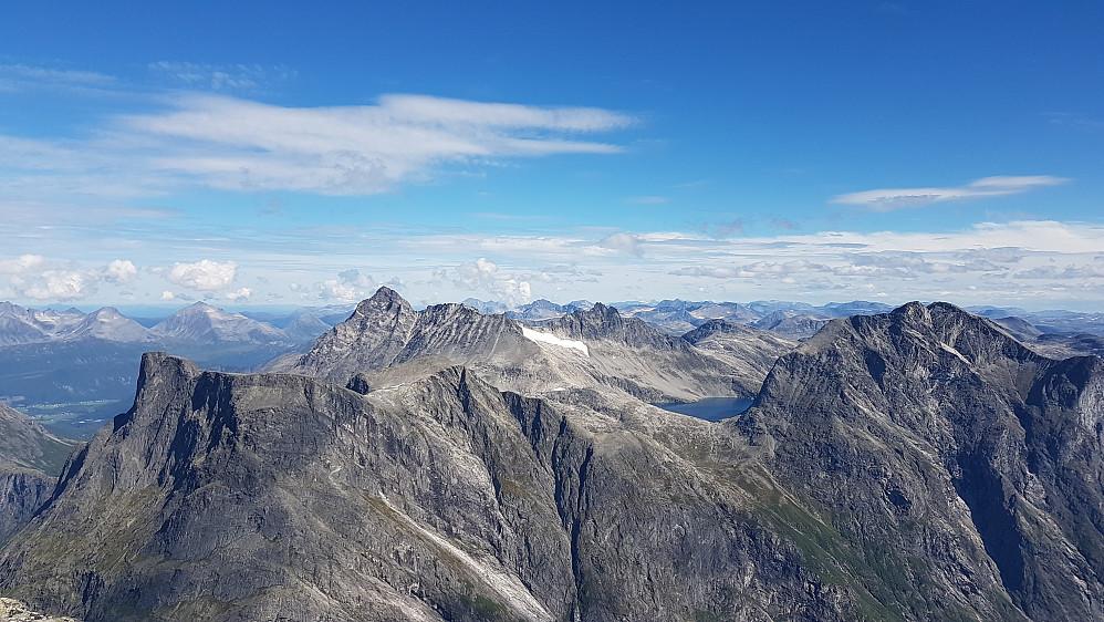 På Breitind - storslagen utsikt over dalen Romsdalshorn, Vengetindene, Kvanndalstind og Kalskråtind