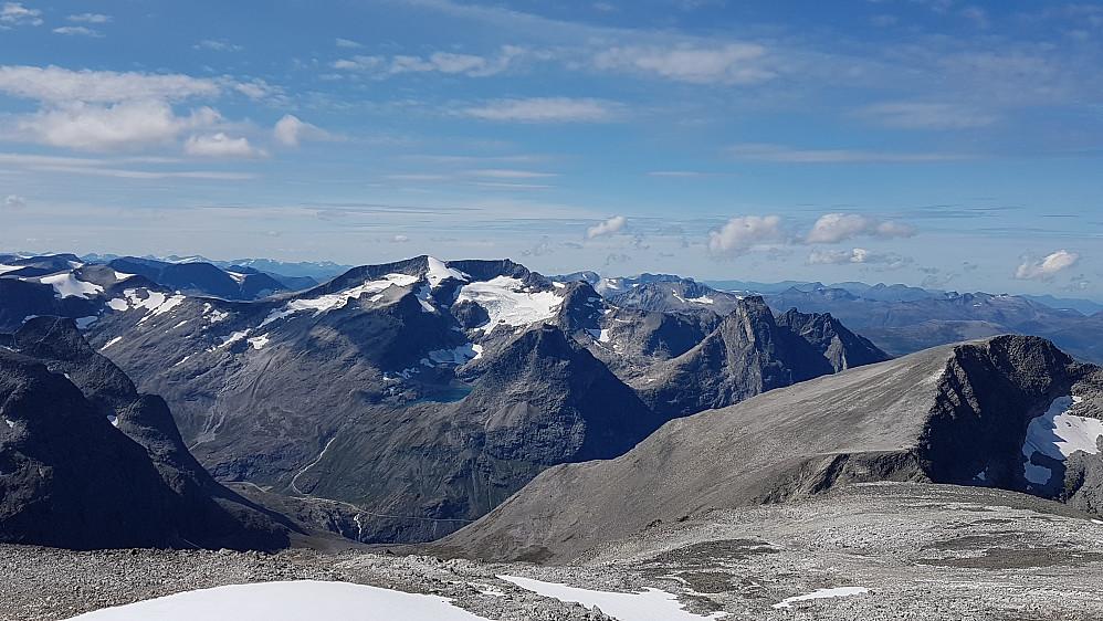 Mot Trollstigen og fjellene bak (bl a Finnan, Bispen og Kongen)