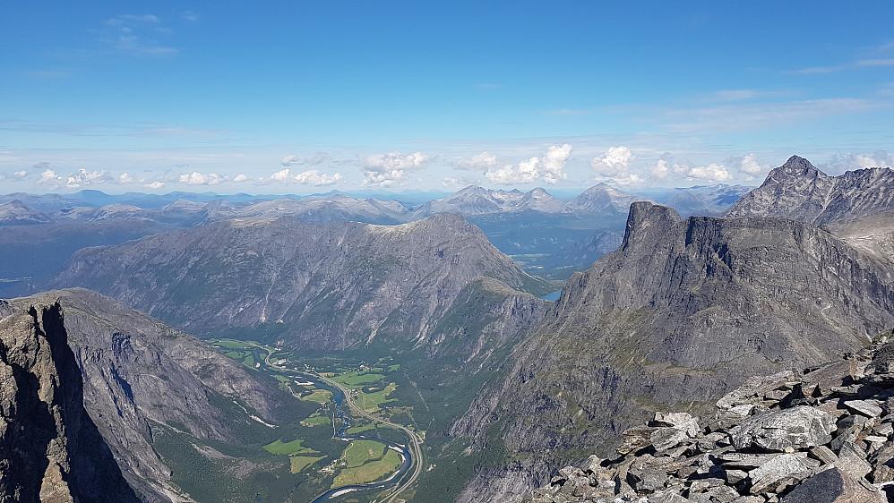 Nordover Romsdalen, med Romsdalseggen bak (Romsdalshorn og Vengetindene til høyre)