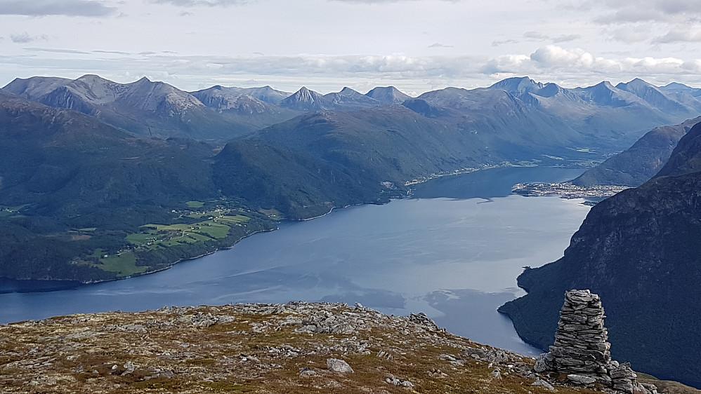Flott utsikt på Innfjordsskarven (mot Klungnes, Isfjorden og Åndalsnes)