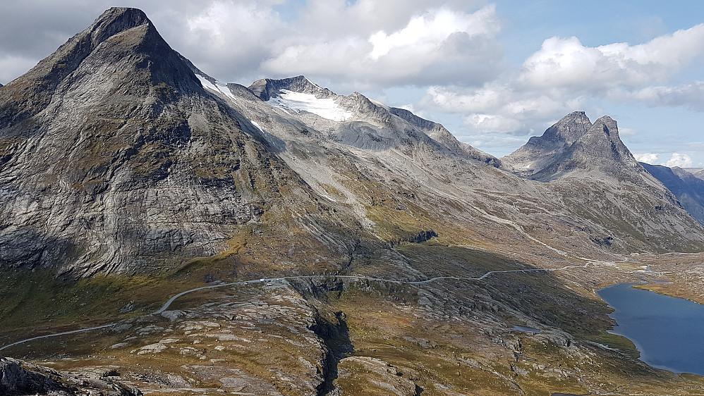 Mektig utsikt mot Alnestind, Finnan, Kongen og Bispen på veg opp