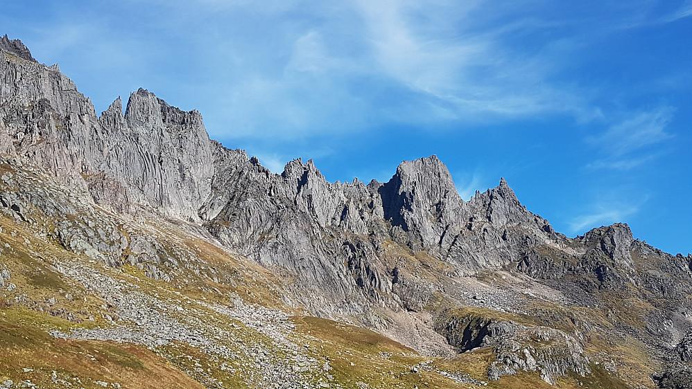 Mohns renne går opp skyggepartiet i midten av bildet - Randers Topp nesten til venstre, Mohns Topp til høyre for skyggen