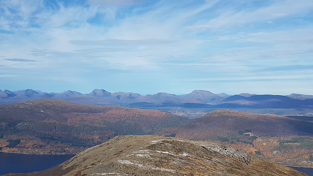 Utsikt nordover fra Daurmålshaugen. Mot mange av toppene på Romsdalshalvøya (Slettefjellet nærmest)