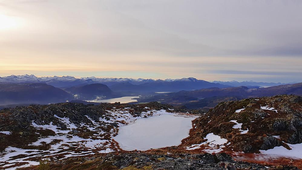 Tjern med tjukk is på Litlreinsfjellet