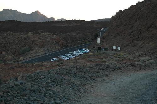Parkeringen langs TF-21. Det finnes også enkelte lommer langs veien.